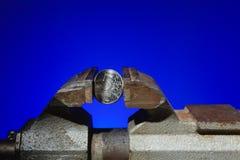 Το ρωσικό νόμισμα στη μέγγενη Στοκ εικόνα με δικαίωμα ελεύθερης χρήσης