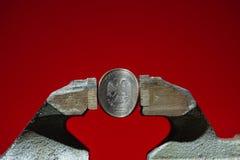 Το ρωσικό νόμισμα στη μέγγενη Στοκ Φωτογραφίες