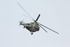 Το ρωσικό στρατιωτικό ελικόπτερο mi-8 κάνει το virage Στοκ Εικόνες