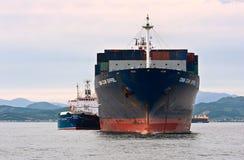 Το ρωσικό CGM Άιφελ σκαφών εμπορευματοκιβωτίων νησιών βυτιοφόρων Bunkering CMA Κόλπος Nakhodka Ανατολική (Ιαπωνία) θάλασσα 30 06  Στοκ φωτογραφία με δικαίωμα ελεύθερης χρήσης