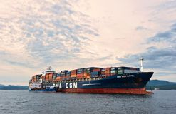 Το ρωσικό CGM Άιφελ σκαφών εμπορευματοκιβωτίων νησιών βυτιοφόρων Bunkering CMA Κόλπος Nakhodka Ανατολική (Ιαπωνία) θάλασσα 30 06  Στοκ Φωτογραφία