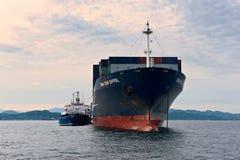 Το ρωσικό CGM Άιφελ σκαφών εμπορευματοκιβωτίων νησιών βυτιοφόρων Bunkering CMA Κόλπος Nakhodka Ανατολική (Ιαπωνία) θάλασσα 30 06  Στοκ εικόνες με δικαίωμα ελεύθερης χρήσης