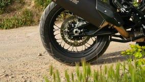 Το ρόδα μοτοσικλετών αθλητικού Enduro που ολισθαίνει στην άμμο κατά έναρξη φιλμ μικρού μήκους