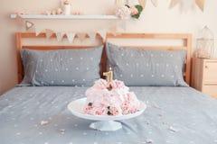 Το ρόδινο κέικ με μεγάλο φυσικό πραγματικό αυξήθηκε λουλούδια και κερί στη στάση στην κρεβατοκάμαρα για τα γενέθλια μωρών Στοκ φωτογραφία με δικαίωμα ελεύθερης χρήσης