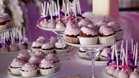 Το ρόδινο κέικ σκάει σε έναν πίνακα επιδορπίων στον εορτασμό κομμάτων ή γάμου απόθεμα βίντεο