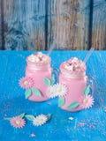 Το ρόδινο κούνημα γάλακτος μονοκέρων με την κτυπημένη κρέμα, ζάχαρη και ψεκάζει Στοκ φωτογραφία με δικαίωμα ελεύθερης χρήσης