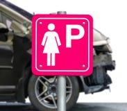 Το ρόδινο σημάδι για τα αυτοκίνητα χώρων στάθμευσης μόνο για τις γυναίκες στοκ φωτογραφία