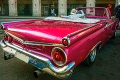 Το ρόδινο εκλεκτής ποιότητας αυτοκίνητο ομορφιάς - έτοιμο σας πάρτε σε έναν γύρο της Αβάνας Στοκ Εικόνα