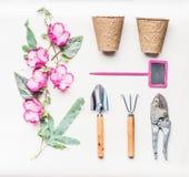 Το ρόδινο θηλυκό επίπεδο εξοπλισμού κηπουρικής βάζει για τη φύτευση, το βοτάνισμα, την περικοπή με τα εργαλεία κήπων, τις εγκατασ Στοκ φωτογραφίες με δικαίωμα ελεύθερης χρήσης