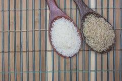 Το ρύζι και jasmine το ρύζι υποβάλλουν τις κουτάλες Στοκ Εικόνες