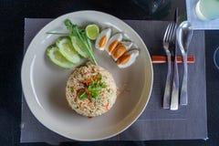 Το ρύζι μεσημεριανού γεύματος που αναμιγνύεται με την παραδοσιακή κόλλα τσίλι, γαρίδες, τρώει με τα αλατισμένους αυγά, το αγγούρι Στοκ Φωτογραφίες