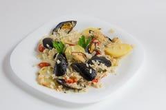 Το ρύζι, οι πατάτες και τα μύδια, παραδοσιακό apulian πιάτο, ιταλική κουζίνα, Μπάρι, κλείνουν επάνω στο άσπρο πιάτο στοκ εικόνα με δικαίωμα ελεύθερης χρήσης