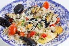 Το ρύζι, οι πατάτες και τα μύδια, παραδοσιακό apulian πιάτο, ιταλική κουζίνα, Μπάρι, κλείνουν επάνω στο μπλε πιάτο χρώματος στοκ φωτογραφίες