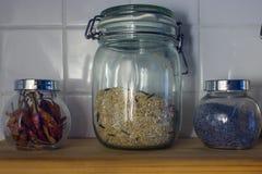 Το ρύζι στο δοχείο στα κεραμίδια υποβάθρου Πλάγια όψη, Mac Στοκ Εικόνες