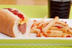 Σάντουιτς χοτ ντογκ με τις τηγανιτές πατάτες και το κοκ Στοκ εικόνα με δικαίωμα ελεύθερης χρήσης