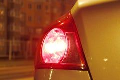 Το σήμα στάσεων άνοιξε το κίτρινο αυτοκίνητο background city night street Κόκκινο φως στοκ φωτογραφία με δικαίωμα ελεύθερης χρήσης