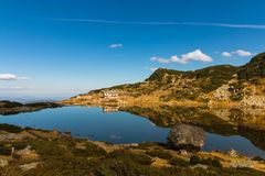 Το σαλέ επτά λιμνών και η λίμνη ψαριών, βουνό Rila, Bulgari Στοκ Φωτογραφία