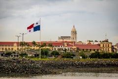 Το Σαν Φρανσίσκο de Asis Church σε Casco Viejo και ο Παναμάς σημαιοστολίζουν - πόλη του Παναμά, Παναμάς Στοκ Εικόνα