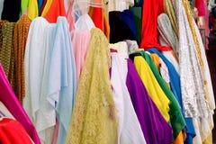 Το σατέν έχει πολλά χρώματα Το χρώμα κρητιδογραφιών υφάσματος πωλεί στην αγορά Ανασκόπηση υφασμάτων στοκ εικόνες με δικαίωμα ελεύθερης χρήσης