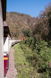 Το σαφές τραίνο πηγαίνει στην παλαιά σήραγγα στοκ φωτογραφία με δικαίωμα ελεύθερης χρήσης