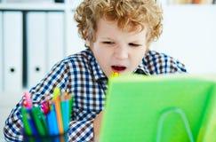 Το σγουρό καυκάσιο αγόρι Preteen έχει τη νευρική διακοπή λόγω του Di Στοκ εικόνες με δικαίωμα ελεύθερης χρήσης