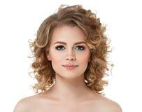 Το σγουρό πορτρέτο γυναικών τρίχας μακρυμάλλες με τέλειο αποτελεί τα κόκκινα χείλια στο λευκό στοκ εικόνα