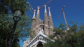 Το Σεπτέμβριο του 2018 της Βαρκελώνης, Ισπανία Πυροβοληθείς από τον κάτωθι των λειτουργώντας γερανών πέρα από Sagrada Familia Βασ φιλμ μικρού μήκους