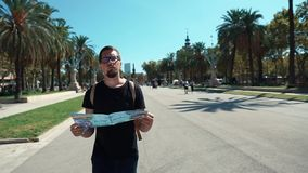 Το Σεπτέμβριο του 2018 της Βαρκελώνης, Ισπανία Χαμένο άτομο στη μαύρη μπλούζα που κρατά έναν χάρτη κατά τη διάρκεια της επίσκεψης απόθεμα βίντεο