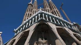 Το Σεπτέμβριο του 2018 της Βαρκελώνης, Ισπανία Όμορφος υπαίθριος πυροβολισμός μιας ομορφιάς εξωτερικών Sagrada Familia Βασιλική π απόθεμα βίντεο