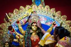 Το Σεπτέμβριο του 2017, Kolkata, Ινδία Τελετουργικό Baran Durga Παντρεμένες κυρίες που χαιρετούν το είδωλο durga με τα φύλλα γλυκ στοκ εικόνες