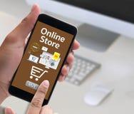 Το σε απευθείας σύνδεση κατάστημα προσθέτει στο κάρρο που το σε απευθείας σύνδεση κατάστημα διαταγής αγοράζει το κατάστημα σε απε Στοκ φωτογραφία με δικαίωμα ελεύθερης χρήσης