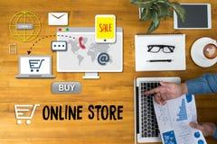 Το σε απευθείας σύνδεση κατάστημα προσθέτει στο κάρρο που το σε απευθείας σύνδεση κατάστημα διαταγής αγοράζει το κατάστημα σε απε Στοκ εικόνες με δικαίωμα ελεύθερης χρήσης