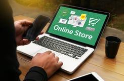 Το σε απευθείας σύνδεση κατάστημα προσθέτει στο κάρρο που το σε απευθείας σύνδεση κατάστημα διαταγής αγοράζει το κατάστημα σε απε Στοκ Εικόνα