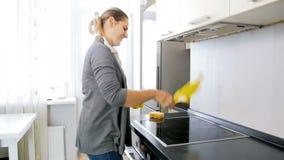 Το σε αργή κίνηση βίντεο η η νοικοκυρά που βγάζει τα κίτρινα λαστιχένια γάντια και τις κραυγές κάνοντας τα οικιακά απόθεμα βίντεο