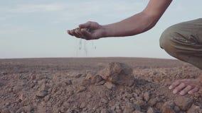 Το σε αργή κίνηση βίντεο των ανθρώπινων χεριών ` s κρατά την ξηρασία γήινης σκόνης, έδαφος χωρίς βροχή απόθεμα βίντεο