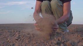 Το σε αργή κίνηση βίντεο των ανθρώπινων χεριών ` s κρατά την ξηρασία γήινης σκόνης, έδαφος χωρίς βροχή φιλμ μικρού μήκους