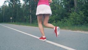 Το σε αργή κίνηση μήκος σε πόδηα της γυναίκας ` s χαμηλώνει το σώμα τρέχοντας φιλμ μικρού μήκους