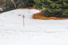 Το σημάδι απαγορεύει να κάνει σκι στοκ φωτογραφίες με δικαίωμα ελεύθερης χρήσης