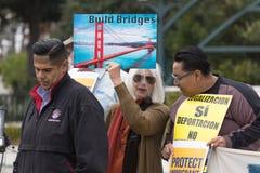 Το σημάδι διαβάζει τις γέφυρες κατασκευής στη Defend συνάθροιση ονειροπόλων στοκ εικόνα