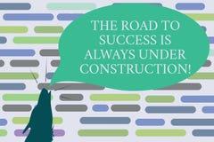 Το σημάδι κειμένων που παρουσιάζει το δρόμο στην επιτυχία είναι πάντα κάτω από την κατασκευή Εννοιολογική φωτογραφία στη συνεχή μ διανυσματική απεικόνιση