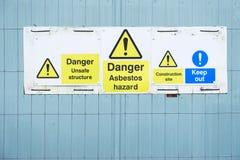 Το σημάδι κινδύνου κινδύνου αμιάντων στο εργοτάξιο οικοδομής κρατά έξω στοκ εικόνες με δικαίωμα ελεύθερης χρήσης