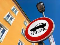 Το σημάδι κυκλοφορίας που απαγορεύει για να χρησιμοποιηθούν τα αυτοκίνητα diesel στοκ φωτογραφία με δικαίωμα ελεύθερης χρήσης
