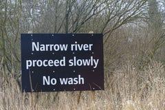 Το σημάδι οδηγίας για τις βάρκες, στενός ποταμός προχωρά αργά Κανένα πλύσιμο στοκ φωτογραφία