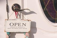 Το σημάδι πορτών ανοικτό συνδέει τη λαβή πορτών Στοκ φωτογραφία με δικαίωμα ελεύθερης χρήσης