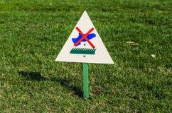 Το σημάδι στη χλόη που απαγορεύει για να περπατήσει στη χλόη ένας πίνακας διαφημίσεων στοκ φωτογραφίες