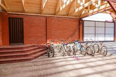 Το σημάδι χώρων στάθμευσης ποδηλάτων στεγάζει ιδιωτικά το καλοκαίρι στοκ φωτογραφία με δικαίωμα ελεύθερης χρήσης