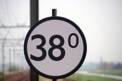 Το σημάδι Crossway σε μια διαδρομή σιδηροδρόμου στις Κάτω Χώρες, όταν περνούν τα τραίνα αυτό το σημάδι, κατά 38Km ο crossway θα κ στοκ εικόνες με δικαίωμα ελεύθερης χρήσης