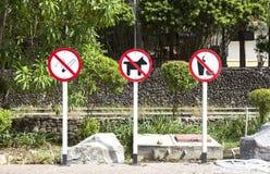 Το σημάδι απαγόρευσης του καπνίσματος, κανένα σκυλί ή κανένα κατοικίδιο ζώο δεν επέτρεψαν σε αυτήν την περιοχή, κανένα fas Στοκ φωτογραφίες με δικαίωμα ελεύθερης χρήσης