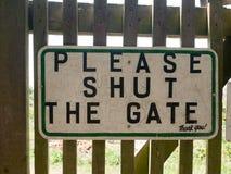 Το σημάδι κήπων έκλεισε την πύλη Στοκ Εικόνα