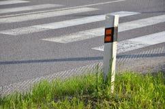 Το σημάδι κυκλοφορίας καθορίζει την άκρη του δρόμου στοκ φωτογραφίες με δικαίωμα ελεύθερης χρήσης